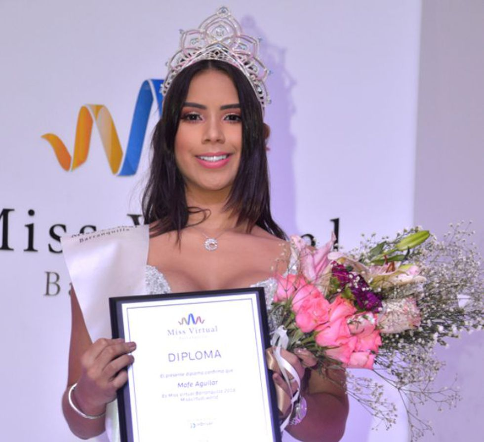 La joven con su diploma cuando ganó Miss Virtual. (Foto: Instagram @mafeaguilar)