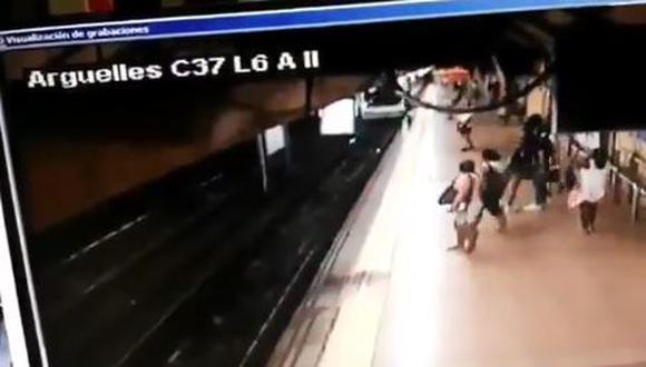 Sujeto tiró de una patada a un joven a las vías cuando pasaba el tren. (Captura)