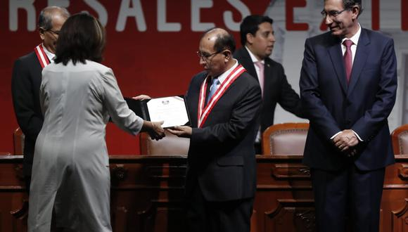Martha Chávez recibió su credencial y se retiró sin tomarse la fotografía oficial con el presidente Martín Vizcarra. (Foto: César Campos / GEC)