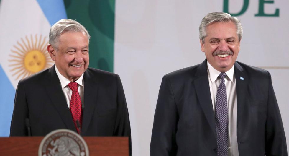 El presidente de México, Andrés Manuel López Obrador (AMLO), y el mandatario de Argentina, Alberto Fernández, asisten a una conferencia de prensa en el Palacio Nacional, en la Ciudad de México, México, el 23 de febrero de 2021.  (REUTERS/Henry Romero).