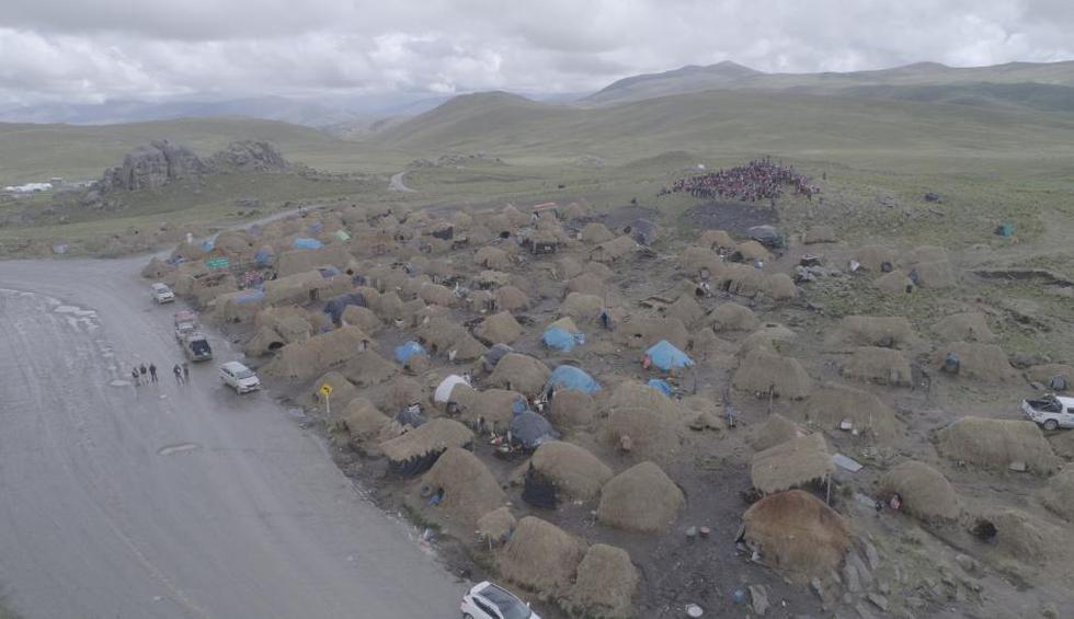 Comuneros de Fuerabamba se han instalado en el corredor minero para bloquear el tránsito.(Foto: Antonio Alvarez)