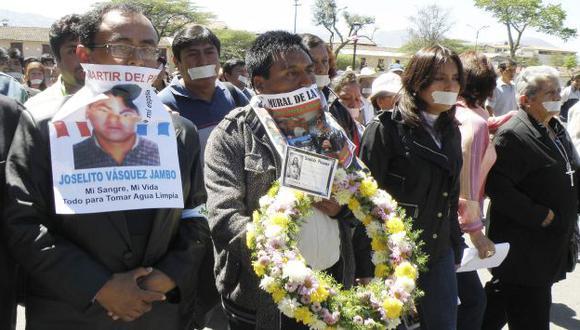 VIOLA LA LEY. El presidente regional marchó frente a la Policía. (Reuters)