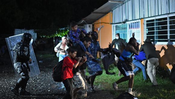 Agentes de migración mexicanos detienen a migrantes centroamericanos y haitianos que se dirigían en una caravana a los EE.UU. En Mapastepec, estado de Chiapas, México (Foto: ISAAC GUZMAN / AFP)
