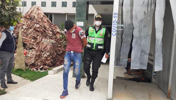 El venezolano José Alberto Bermúdez Gonzales (21), quien a bordo de una combi, atropelló a una fiscalizadora de la ATU, y luego protagonizó una espectacular persecución en vía de evitamiento que empezó en El Agustino y terminó en el Rímac, fue trasladado a la fiscalía.