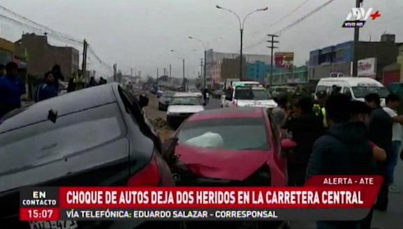 Los agentes de la Policía Nacional (PNP) se encuentran en el lugar de los hechos para las investigaciones exactas del accidente. Además para controlar el tránsito vehicular. ( Foto: Captura ATV+)