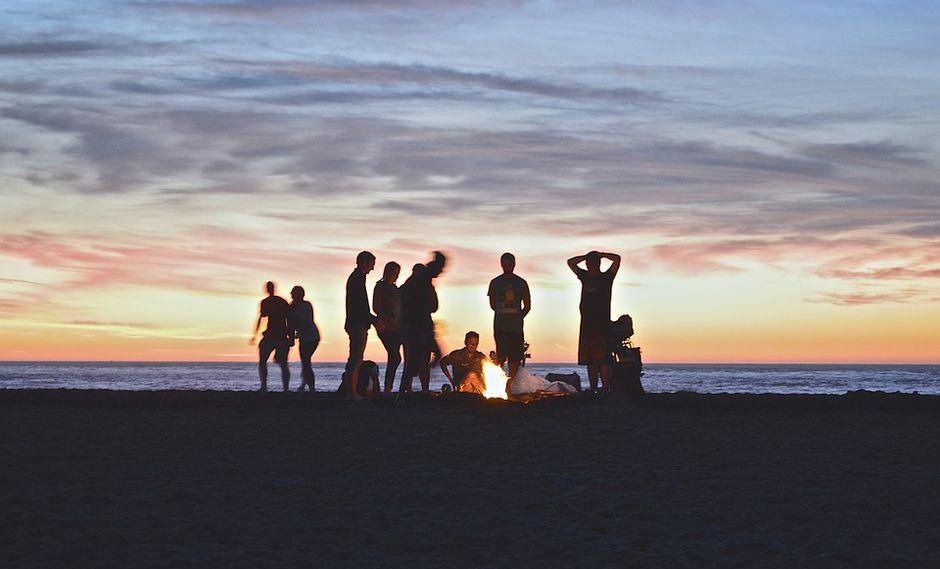 La playa es el lugar perfecto para divertirse en un campamento junto a la familia o amigos. (Foto: Pixabay)