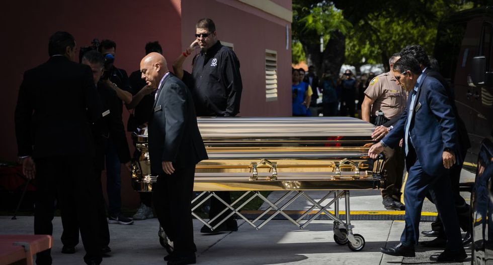 People carry the coffin of the singer Jose Jose at the Miami-Dade County Auditorium during a public funeral for late singer in Miami, Florida on October 6, 2019. - The artist born Jose Romulo Sosa Ortiz, who died last Saturday at age 71, is being honored at a funeral home southeast of Miami. (Photo by Eva Marie UZCATEGUI / AFP)