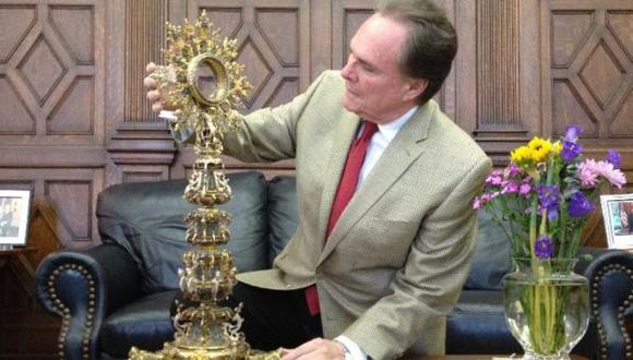 El embajador del Perú en Estados Unidos, Harold Forsyth, recibió el ostensorio. (Andina)