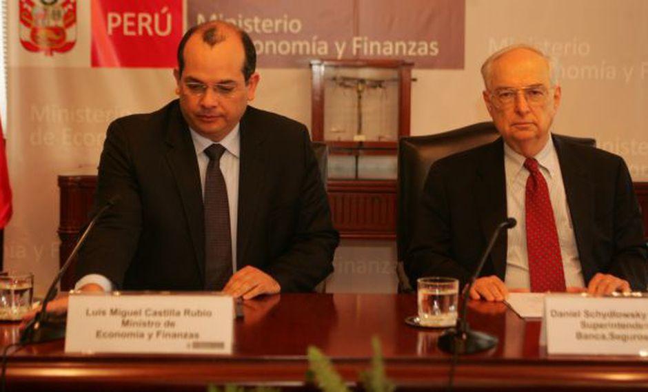 BAJARÁN PRECIOS. Ministro Castilla y jefe de la SBS aseguran que comisiones bajarán con la licitación. (USI)