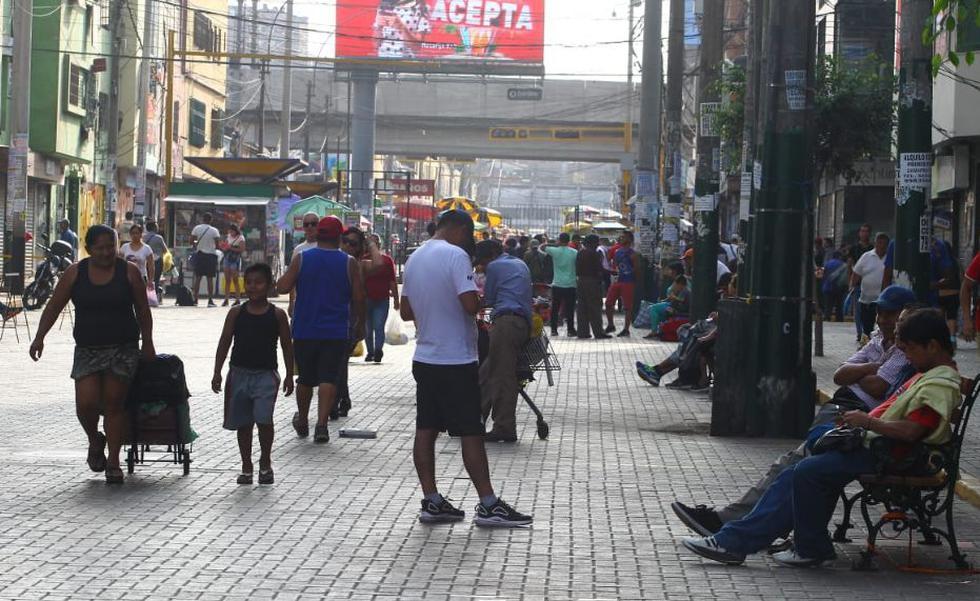 El serenazgo de la comuna de La Victoria y la Policía Nacional (PNP), llegaron al emporio de Gamarra para prohibir el comercio informal de los ambulantes.. (Foto: Miguel bellido/ GEC)