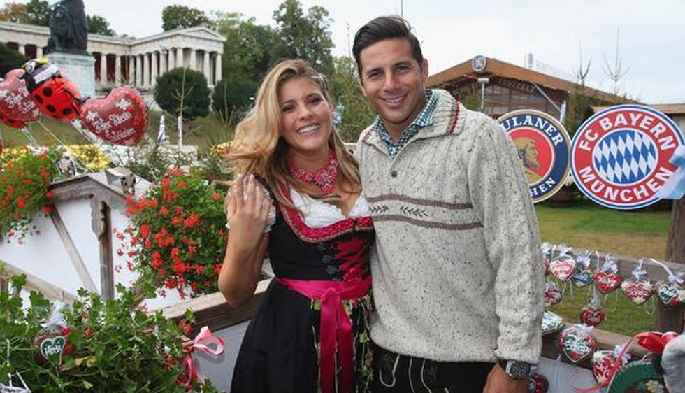 Claudio Pizarro y su esposa se vistieron con el traje tradicional de la ciudad alemana. (AFP)