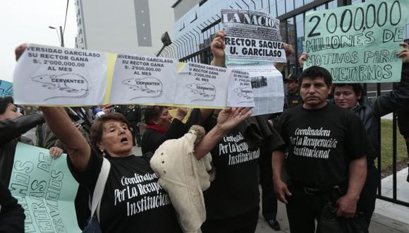 Manifestantes criticaban millonario sueldo de Luis Cervantes Liñán. (César Fajardo)