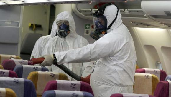 Un operario desinfecta la cabina de un avión en Tailandia. (EFE)