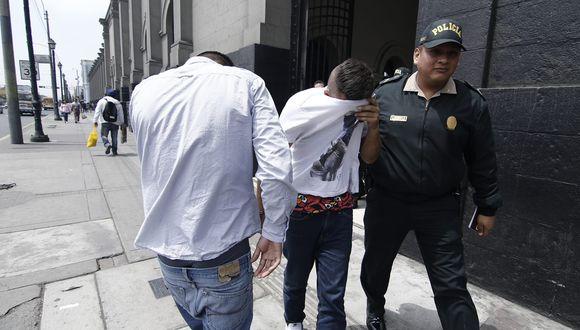 Policía captura a dos colombianos por robar celular