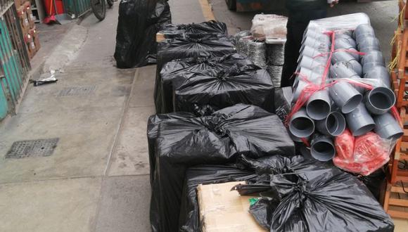 Cajas llenas de cigarros de contrabando estaban en una agencia de transporte interprovincial.