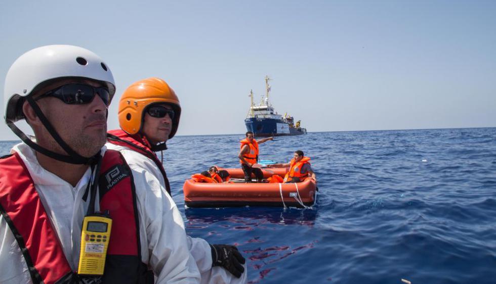 Un grupo del barco Dignity I de Médicos Sin Fronteras analiza el mar en búsqueda de sobrevivientes en el área donde, horas antes, un barco pesquero de madera llevaba migrantes se volcó y hundió (MSF).
