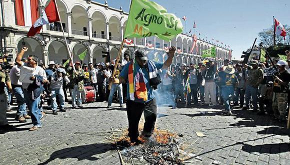 Queman llantas en la Plaza de Armas de Arequipa. (GEC)