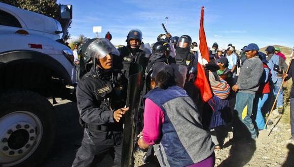 CAOS Y DESORDEN. Hace tres días, turbas en Espinar atacaron con piedras a los policías. (Sebastian Castañeda/USI)