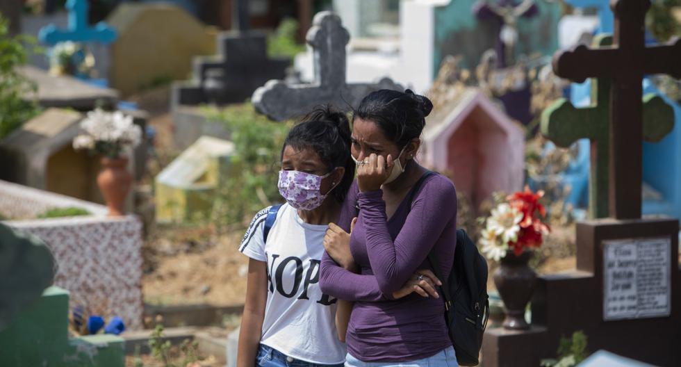 Imagen referencial. Personas lloran la muerte de un familiar en el cementerio Milagro de Dios en Managua. (Inti OCON / AFP).