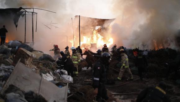 Hasta el lugar llegaron 14 unidades del Cuerpo General de Bomberos Voluntarios del Perú para sofocar las llamas. Foto: César Bueno/@photo.gec