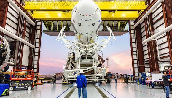 Una vista de la cápsula Crew Dragon en el extremo del cohete Falcon 9 en 2019, cuando se realizaron las pruebas previas al lanzamiento tripulado que se llevará a cabo en Cabo Cañaveral en mayo (NASA)