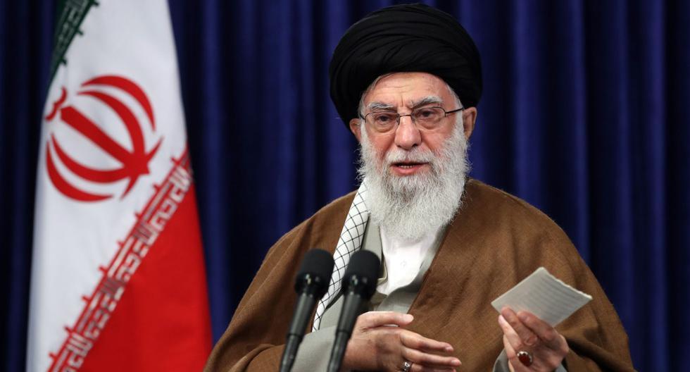 El líder supremo de Irán, Alí Jamenei, habla en videoconferencia con miembros del gobierno iraní en Teherán. Imagen de archivo del 10 de mayo de 2020. (AFP/HO/KHAMENEI.IR).