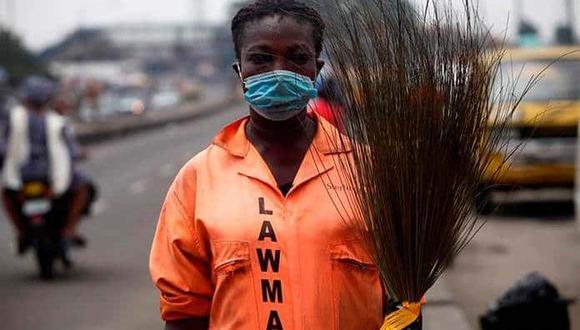 Mujeres nigerianas en África se enfundan en sus trajes naranjas, agarran sus escobas de paja y con diligencia salen a las calles, pese a los riesgos de su labor. (Foto: Efe)