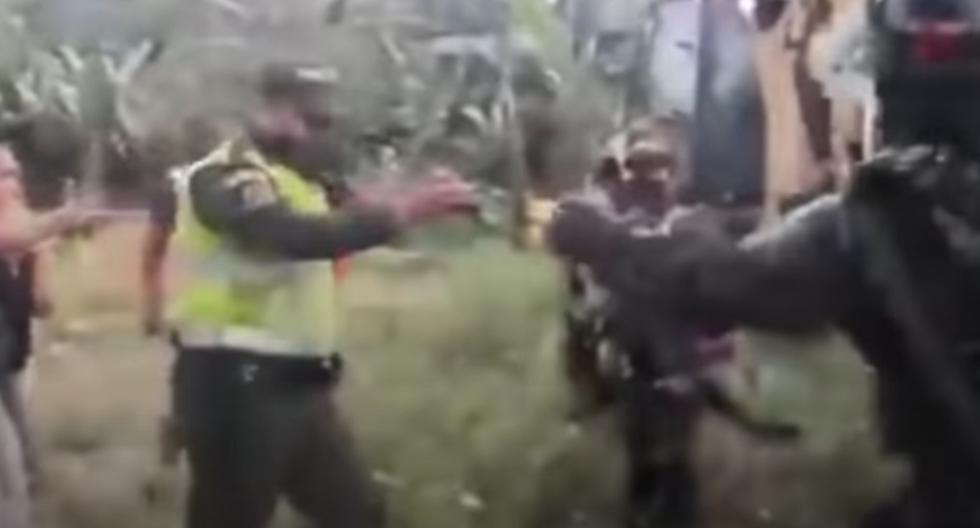 """""""Me están dando la orden de sacar a una señora, no lo hice. Es algo injusto lo que está pasando en estos momentos"""", dijo el patrullero Zúñiga. (Captura de video / YouTube)."""