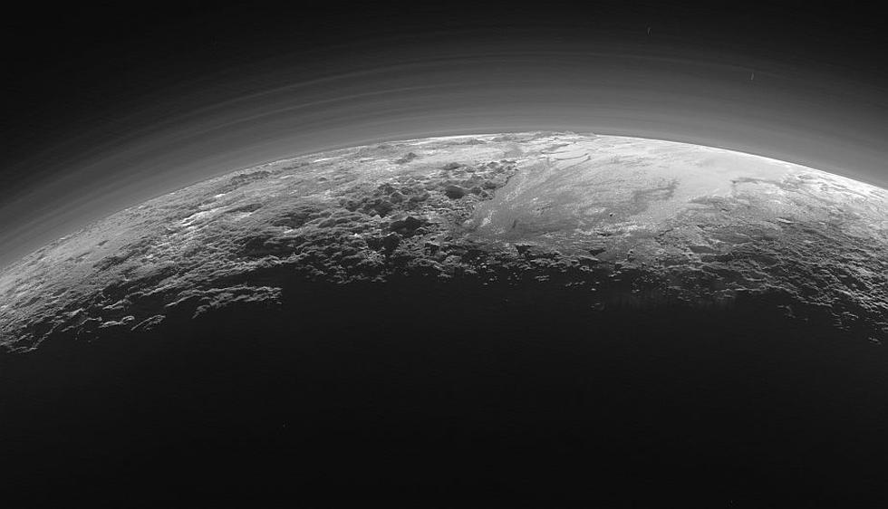 Unas espectaculares imágenes a contraluz de Plutón, tomadas por la sonda espacial New Horizons de la NASA, muestra desde una perspectiva muy diferente al planeta enano. (NASA)