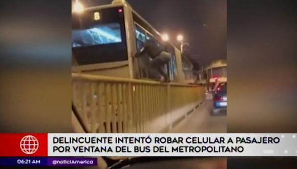 En el video se aprecia al delincuente encapuchado trepando las barandas de seguridad que dividen de la vía del servicio del Metropolitano con la avenida Bolognesi. (Foto: Captura 'América Televisión'