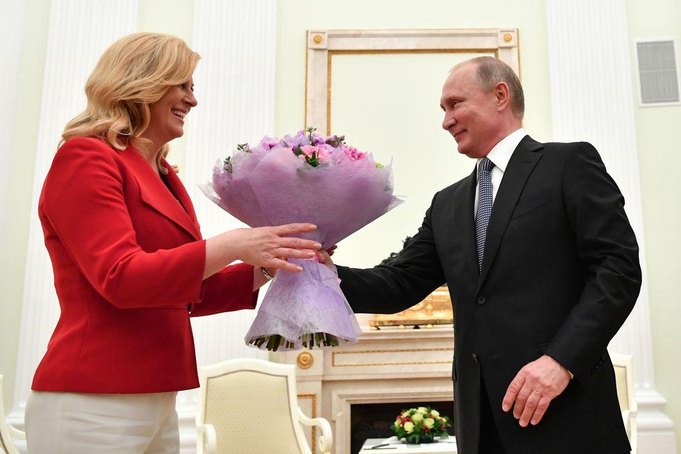 Vladímir Putin regala flores a Kolinda Grabar-Kitarovic&nbsp;(Fotos: AFP)<br>