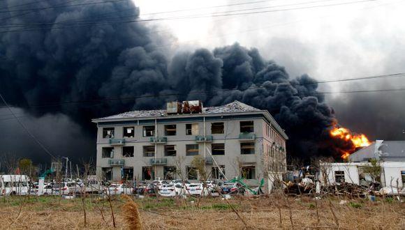 Humo sale de un polígono industrial químico tras la explosión registrada este jueves, en la ciudad de Yancheng, en la provincia china de Jiangsu. (Foto: EFE)