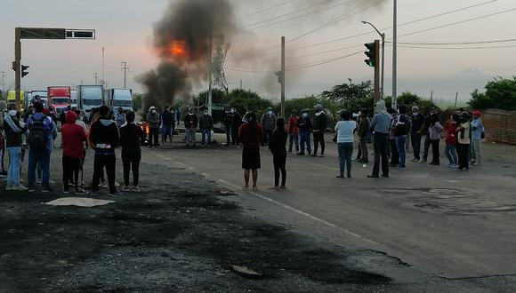 La Libertad: General PNP y prefecta invocan al diálogo por nuevo bloqueo en Panamericana Norte