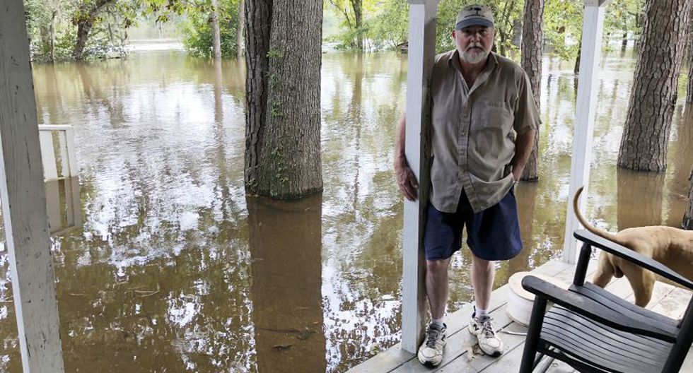 Además, el pastor Willie Lowrimore de The Fellowship With Jesus Ministries habla sobre la inundación de su iglesia en Yauhannah. Las instalaciones se encuentran en la ribera del río Waccamaw | Foto: AP