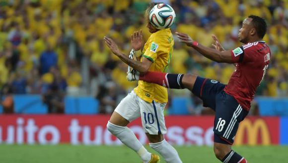 Camilo Zúñiga es atacado por hinchas. (AFP)