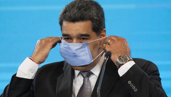 El presidente de Venezuela, Nicolas Maduro, se pone una mascarilla para protegerse del coronavirus. (Foto: Yuri CORTEZ / AFP).