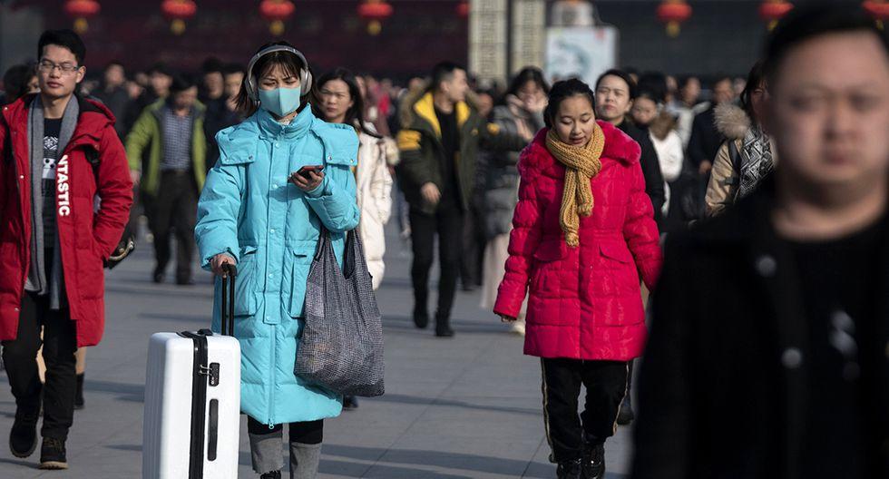 Los pasajeros en la estación de tren en Hanzhong, en la provincia de Shaanxi. Los chinos no se alarman por el nuevo virus. Algunos solo usan mascarillas. (Foto: AFP)
