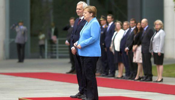 Se trata del tercer episodio de espasmos que sufre Merkel en público en poco más de tres semanas. (Foto: AP)