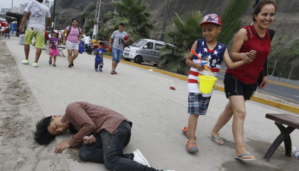 Algunas personas incluso se quedaron dormidas en el suelo. (Foto: Miguel Bellido)