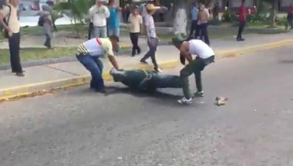 Usuarios de Twitter difundieron video donde se apreciar momento en el que destruyen el busto de Chávez. (Foto: Composición)