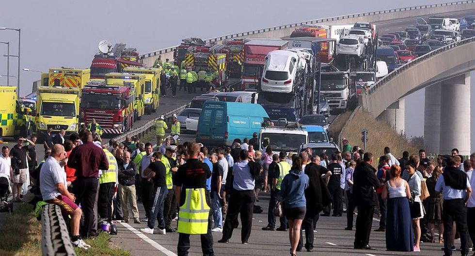 Más de 100 autos se vieron involucrados en un enorme choque en fila en un puente ubicado al este de Londres. (AP)