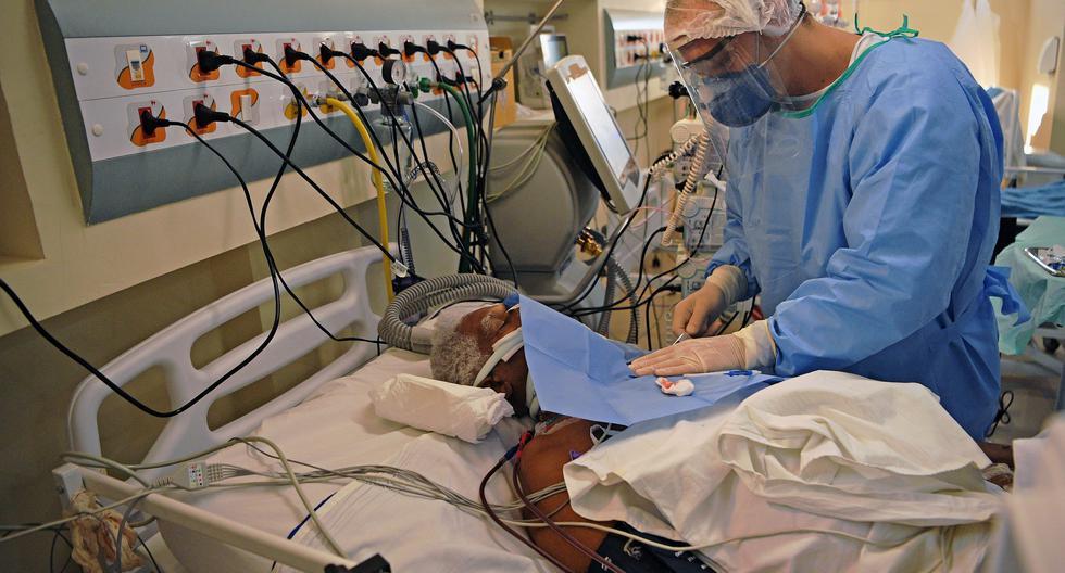 Un paciente de COVID-19 se somete a una operación en el hospital Oceanico en Niteroi, Río de Janeiro. (Foto: CARL DE SOUZA / AFP)