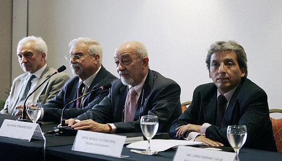 El ministro Pulgar Vidal junto a los peritos extranjeros. (USI)