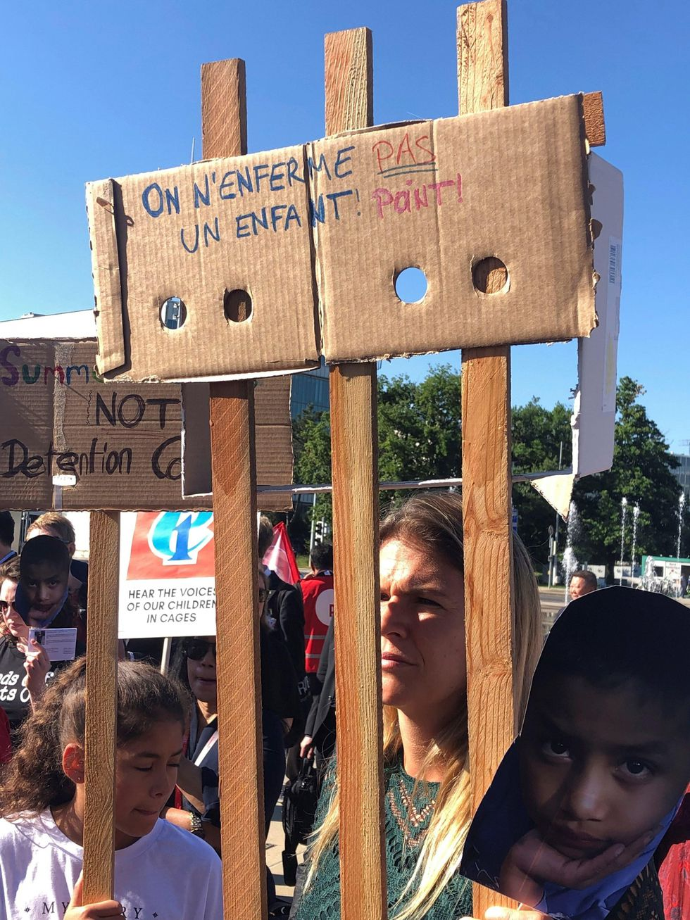 """Sindicatos denuncian bajo el lema """"menos jaulas y más aulas"""" la detención irregular de niños en la frontera entre ambos países, separados de sus padres y sin acceso a la educación. (Foto: EFE)"""