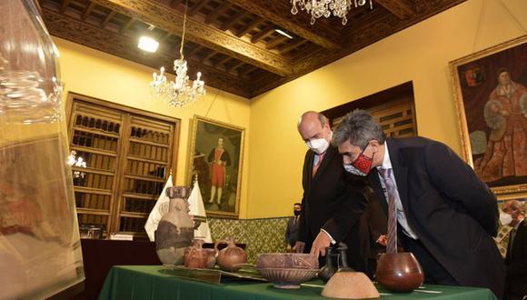 El canciller Mario López Chávarri le muestra al ministro de Cultura, Alejandro Neyra, parte de las piezas recuperadas del exterior.
