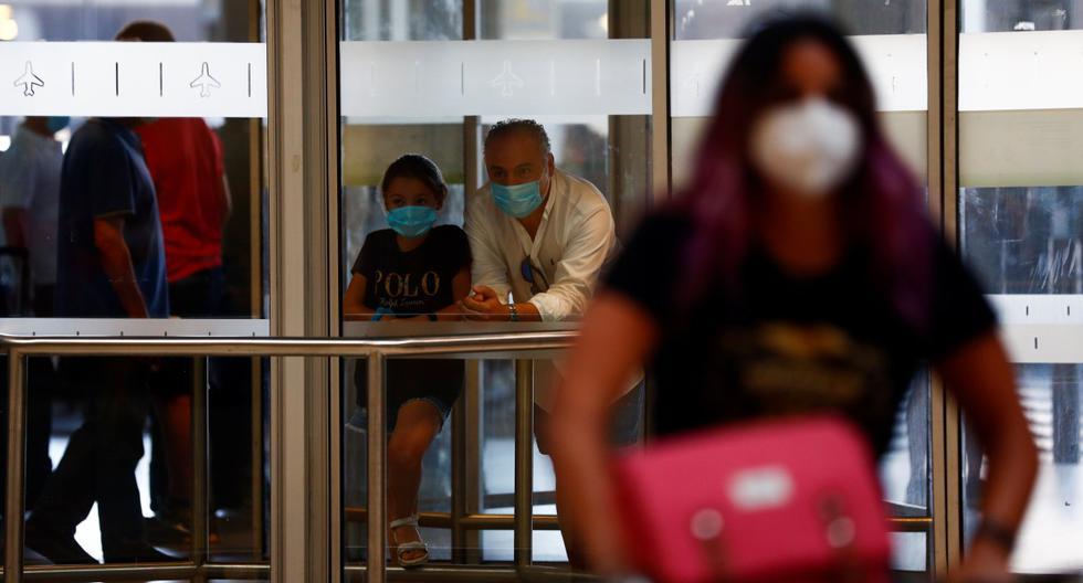 Imagen referencial del 22 de junio de 2020. La gente espera a sus familiares en el aeropuerto Adolfo Suárez Barajas de Madrid, mientras España abre sus fronteras tras cierre por el coronavirus. (REUTERS/Susana Vera).