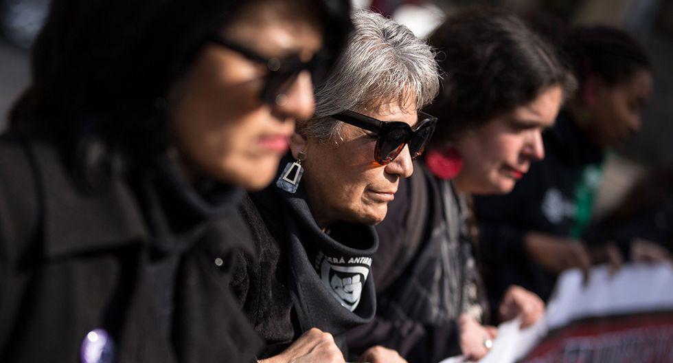 Un grupo de mujeres, vestidas de luto, recorrieron el centro de Santiago haciendo paradas en algunos de los antiguos centros de tortura de la dictadura de Augusto Pinochet. (Foto: EFE)