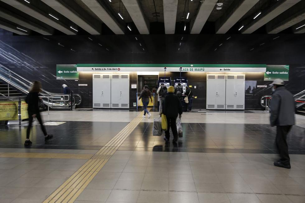 La gente camina el 25 de septiembre de 2020 en la estación de metro de Maipú, una de las estaciones que sufrió daños durante las protestas antigubernamentales de octubre de 2019 en Santiago, mientras el sistema de metro de la capital chilena vuelve a funcionar a pleno. (AFP/JAVIER TORRES).