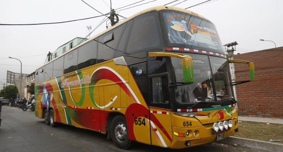 Intervinieron un ómnibus de la empresa Transporte Fernandita con inmigrantes ilegales. Todos fueron derivados a la comisaría de Sol de oro (Foto: César Grados /GEC)