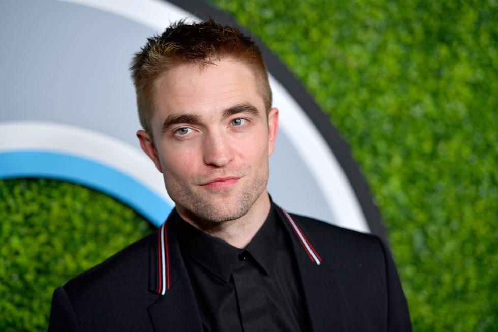 """Robert Pattinson luce renovada apariencia en el tráiler de """"The King"""".(Fotos: AFP)"""